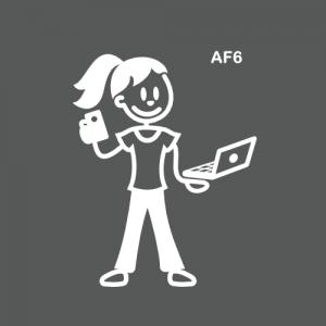 Ado fille avec ordi et smartphone