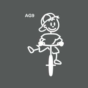 Ado garçon à vélo ou sur un bmx